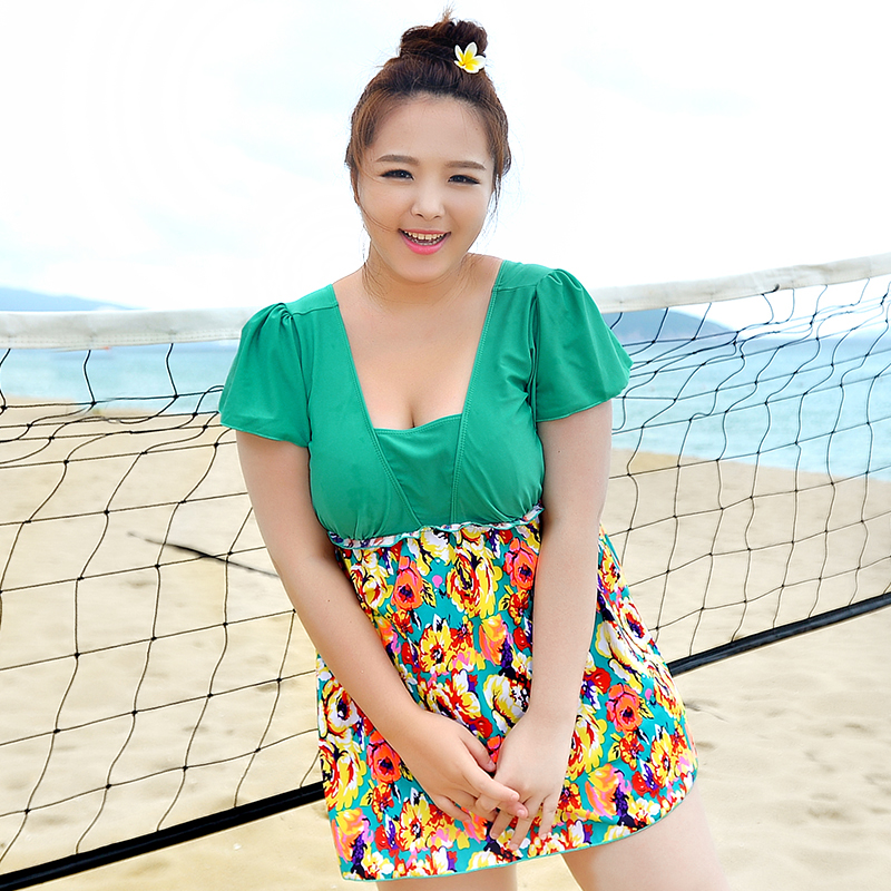 swimsuit พร้อมส่ง : แฟชั่นสีเขียวแต่งลายดอกไม้สีสดใส มีกางเกงขาสั้นใส่ด้านใน น่ารักมากๆจ้า:มี Size 4XL,6XL รายละเอียดไซส์คลิกเลยจ้า