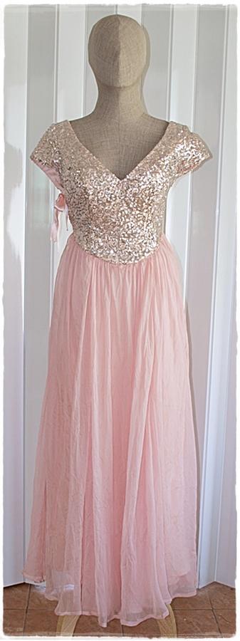 Sold เดรสยาว คอวี แขนล้ำ เข้าเอว ซิปข้าง สีชมพู เสื้อตกแต่งเลื่อม