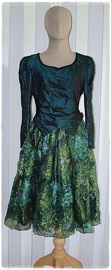 เดรส ผ้าต่อ เสื้อแขนยาว เข้าเอว ซิปหลัง สีเขียวเข้ม กระโปรง ผ้าแก้ว พิมพ์ลาย แต่งโบว์