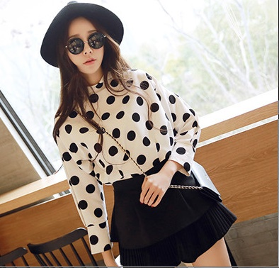 เสื้อผ้าแฟชั่นผู้หญิง ((พร้อมส่ง)) : เสื้อแฟชั่นสีขาวแต่งลายจุดสีดำ น่ารัก น่ารักจ้า