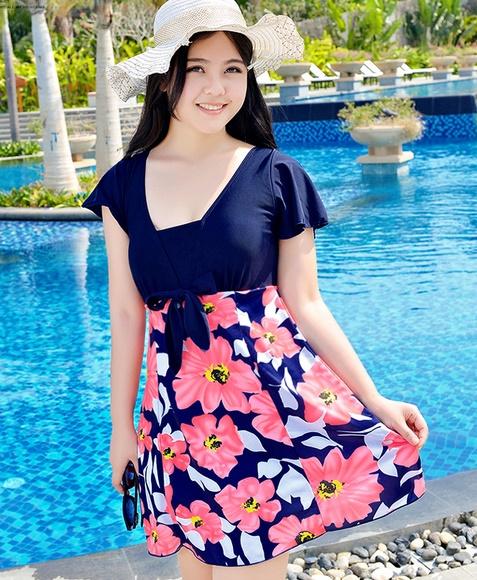 ชุดว่ายน้ำแฟชั่นพร้อมส่ง :ชุดว่ายน้ำแฟชั่นสีน้ำเงินชมพูแต่งดอกไม้สีสันสดใส กางเกงขาสั้นใส่ด้านในน่ารักมากๆจ้า:มี Size 3XL , 6XL รายละเอียดคลิกเลยจ้า