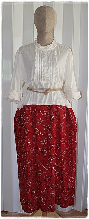 เดรส เสื้อคอปีน แขนยาว สีขาว กระโปรง สีแดง พิมพ์ลาย