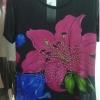 เสื้อผ้าแฟชั่นผู้หญิงพร้อมส่ง : เสื้อแฟชั่นสีดำแต่งลายดอกไม้สีชมพูสดใส น่ารักมากๆจ้า