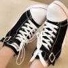 รองเท้าผ้าใบส้นสูงแฟชั่นประดับเข็มขัดสไตล์เกาหลี
