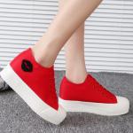 รองเท้าผ้าใบพื้นหนาประดับรูปปาก