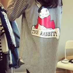 ((พร้อมส่ง)) เสื้อผ้าแฟชั่นผู้หญิง : เสื้อแฟชั่นสีเทาลายทางแต่งลายการ์ตูน น่ารัก น่ารักจ้า
