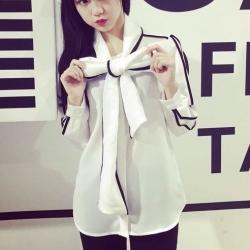 ((พร้อมส่ง)) เสื้อผ้าแฟชั่นผู้หญิง : เสื้อแฟชั่นสีขาวตัดดำ แต่งผูกโบว์ด้านหน้า น่ารัก น่ารักจ้า