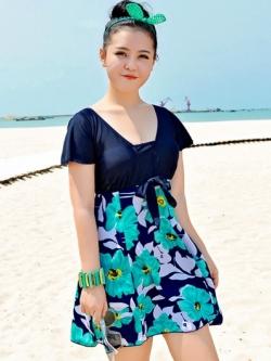 Swimsuit Bigsize พร้อมส่ง :ชุดแฟชั่นว่ายน้ำคนอ้วนสีเขียวแต่งลายดอกไม้สีสันสดใส กางเกงขาสั้นใส่ด้านในน่ารักมากๆจ้า:มีSize 3XL,6XL รายละเอียดไซส์คลิกเลยจ้า